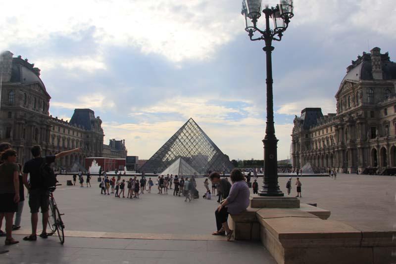 Париж. Пирамида Лувра