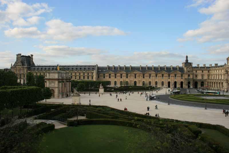Париж. Вид на Лувр