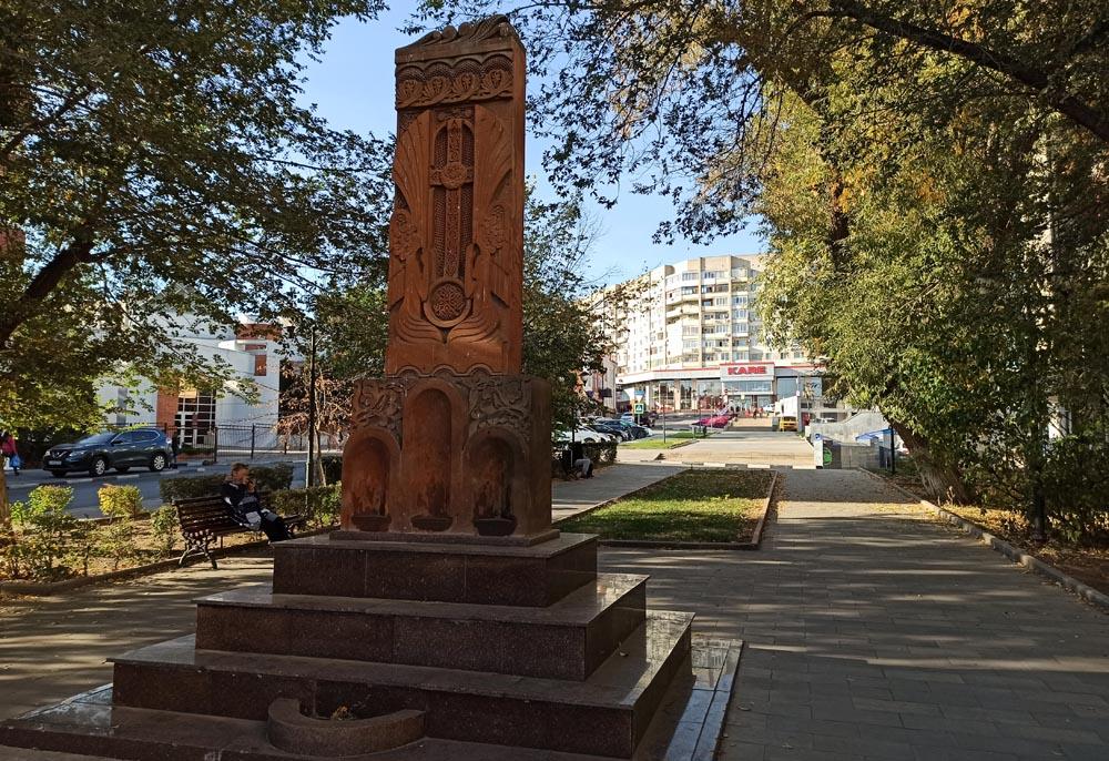 Хачкар на улице Октябрьской