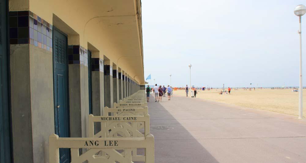Пляж Довиля с кабинками звезд