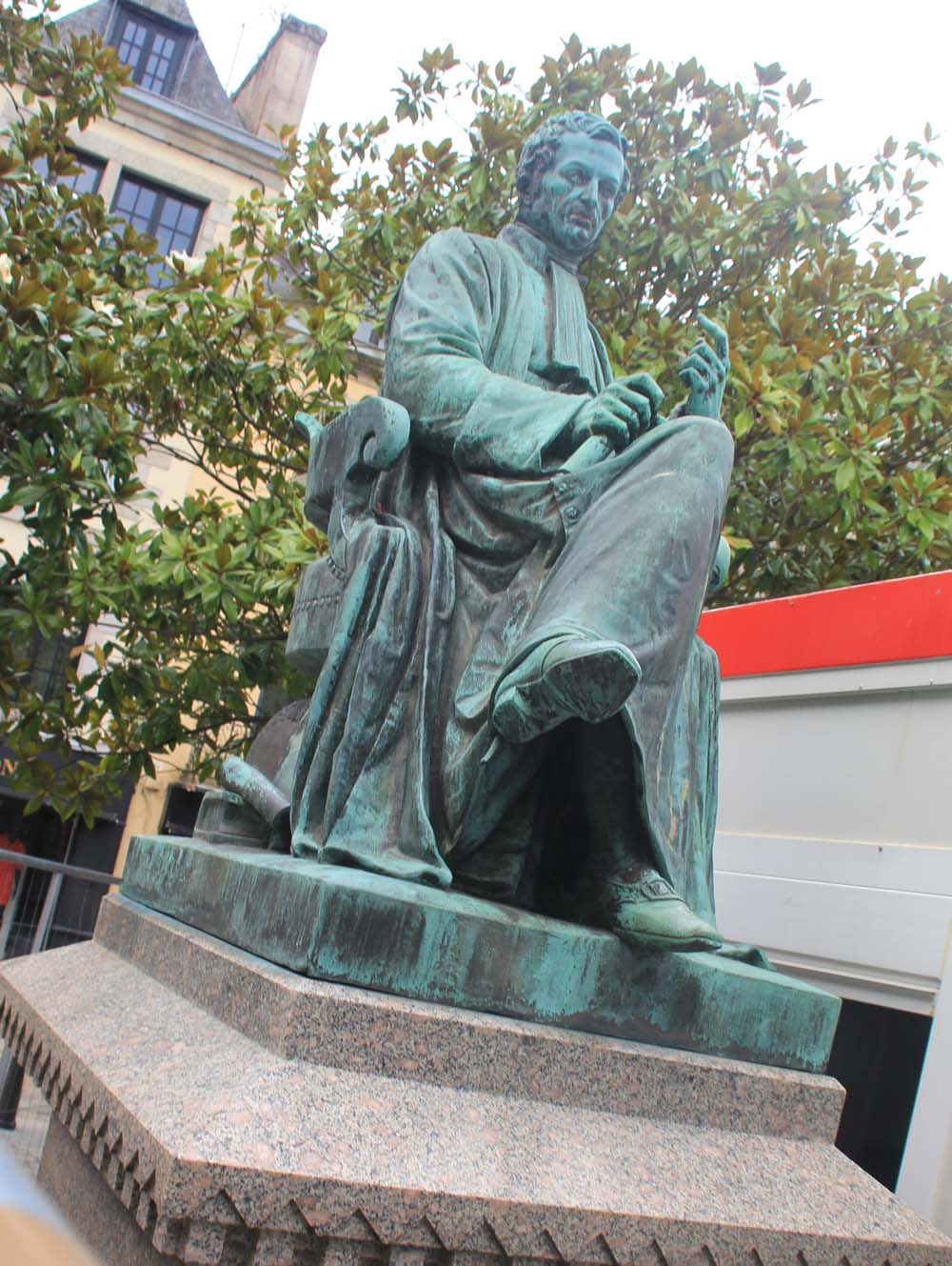 памятник Рене Лэннеку