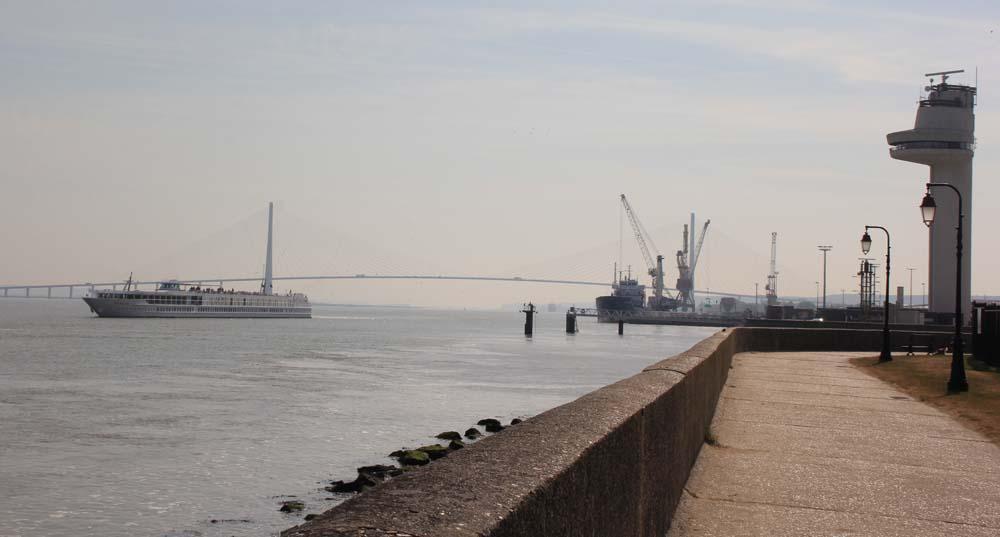 Набережная Онфлера. Вид на мост Нормандия