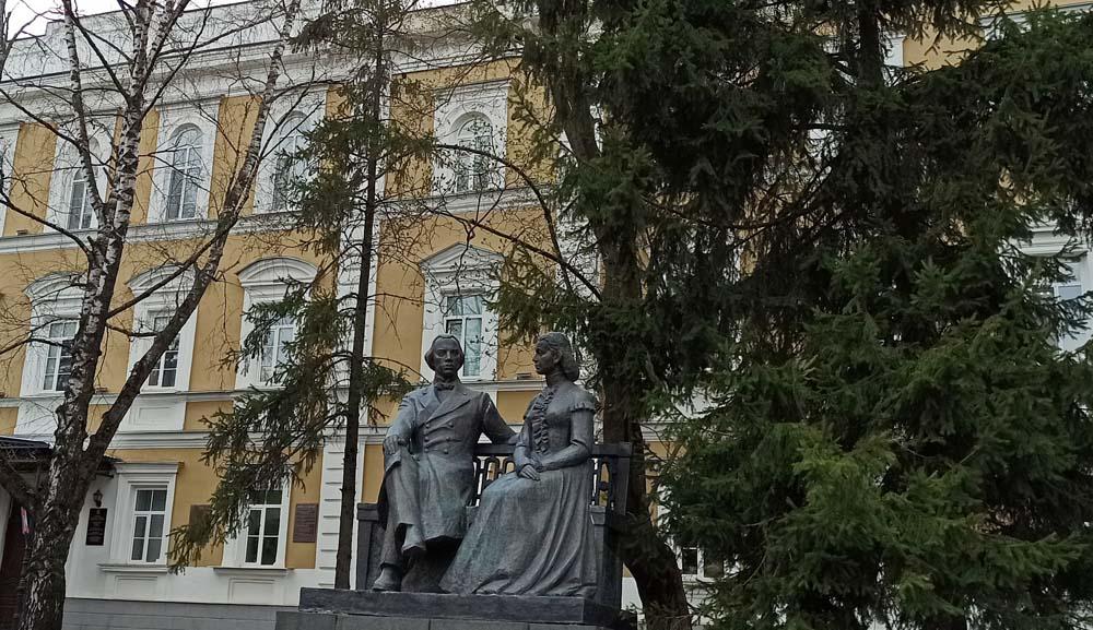 Памятник И.Н. и М.А. Ульяновым