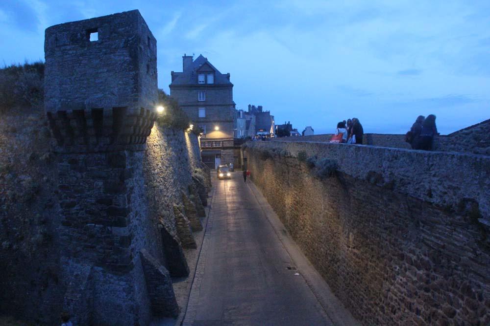 крепостные валы ночью