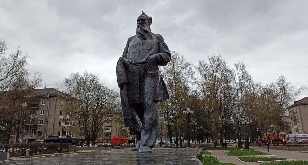 Памятник Льву Толстому