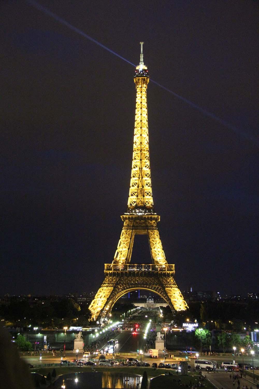 Эйфелева башня в ночной подсветке