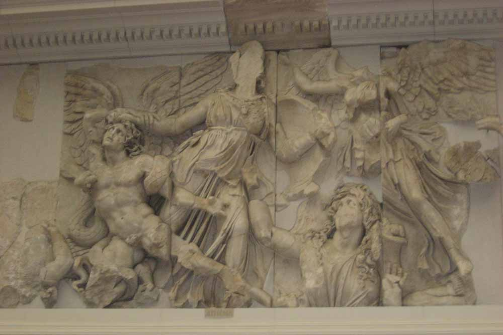 Пергамский алтарь горельеф
