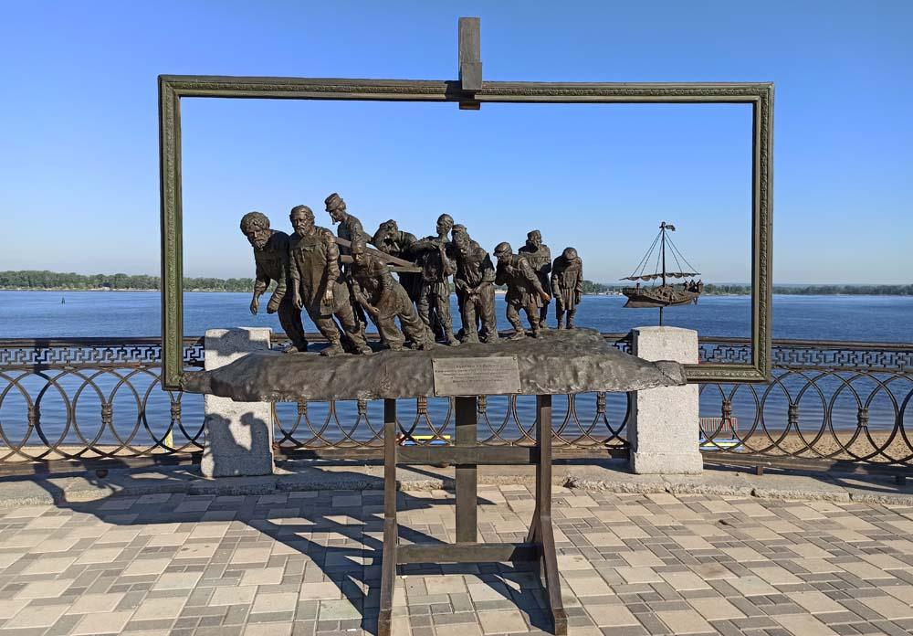 """памятник картине Репина """"Бурлаки на Волге""""."""
