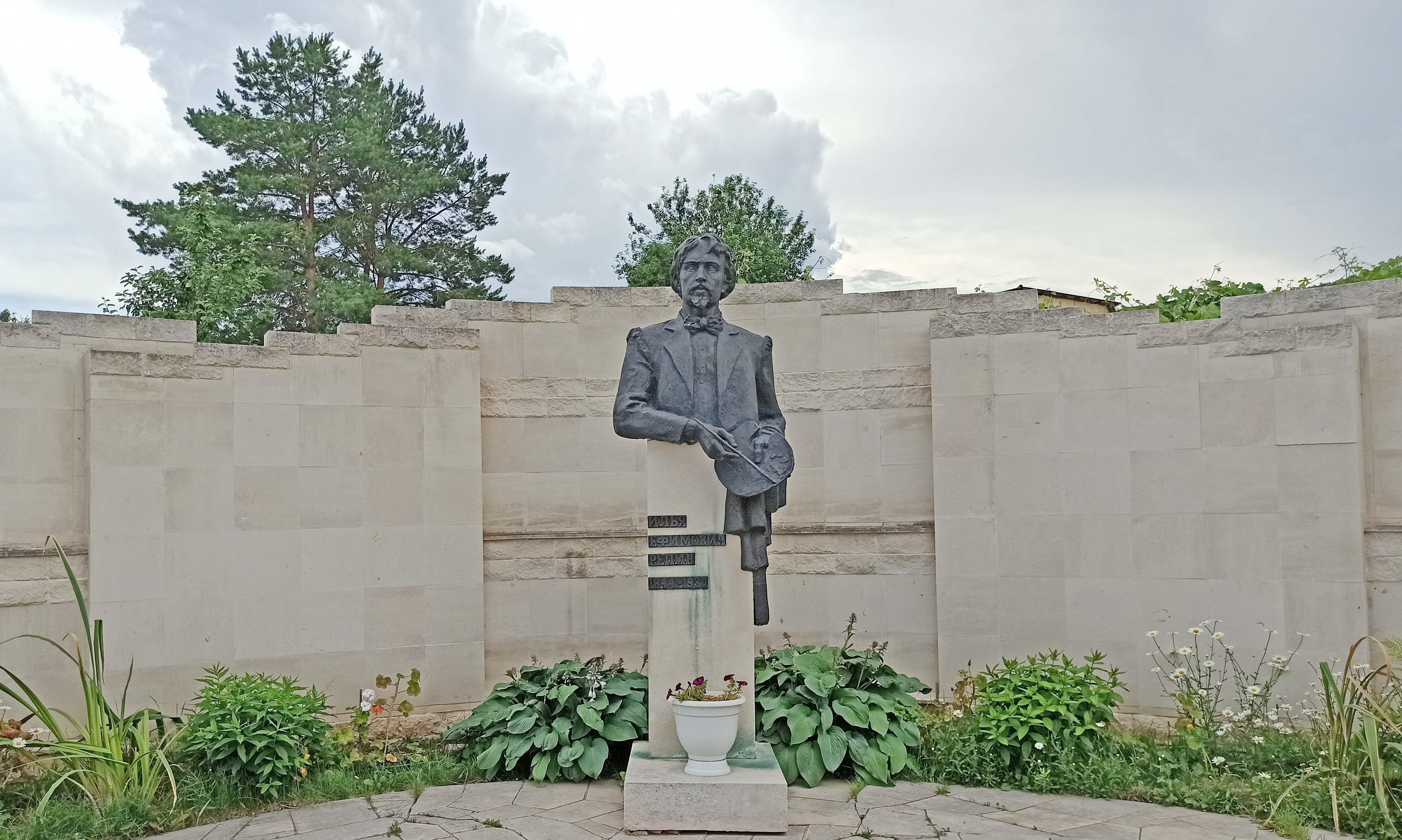 памятник Репину