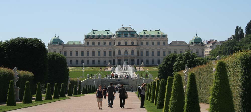 Вид на фонтаны и Верхний Бельведер